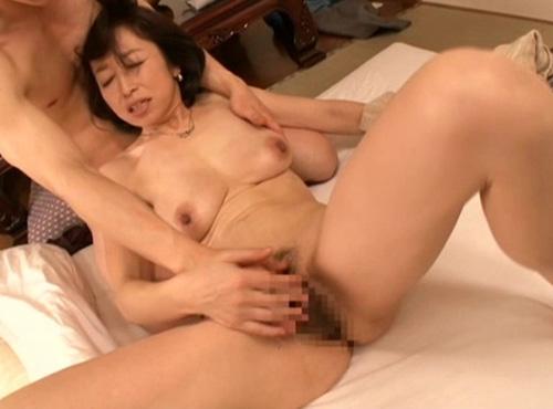 五十路の垂れ乳熟女母が息子の陰茎を求めて母子受精adarutovideo動画(2時間)
