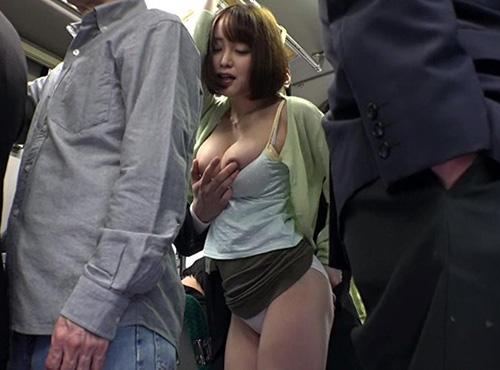 満員バスで買い物帰りの人妻の拒むことを知らないomannkoポルノ動画
